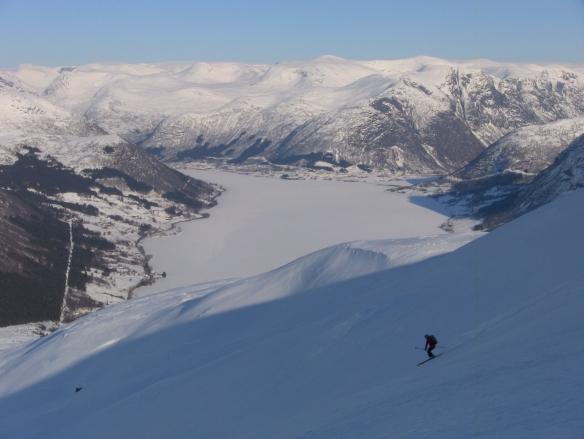 Har starta på nedkjøringa ifrå Bjørsetfjellet med Skei i bakgrunnen