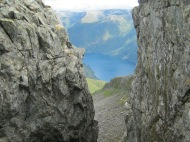 Opplev dei fine og bratte fjellene i Fjærlandsfjorden